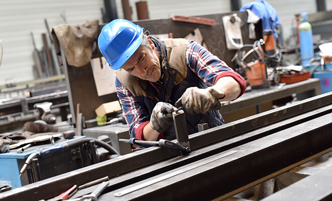 На заводах работу выполняют машины