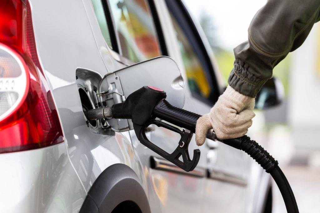 сколько уходит на бензин в месяц